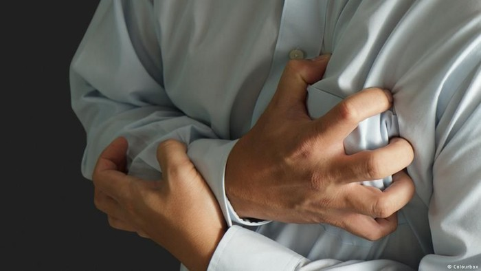 Terkena Serangan Jantung Seorang Pria di Cina Selamat setelah Melemparkan Uang