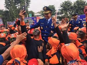 Saat Anies Dipanggul Para Pemadam di Momen Nyaris Seabad Damkar DKI