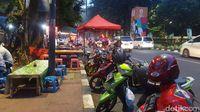PKL di trotoar Jalan Asia-Afrika, Senayan, Jakarta.