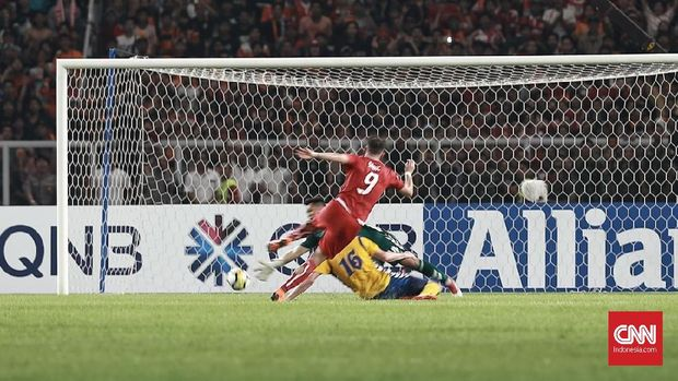 Tendangan Marko Simic masih lemah sehingga mudah dipatahkan kiper Bhayangkara FC. (