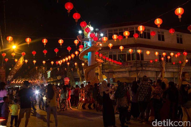 Sekitar 20.607 lampion menyebar di pusat Kota Singkawang. Kota ini pun berubah menjadi merah menyala layaknya di film-film laga Mandarin (Randy/detikTravel)