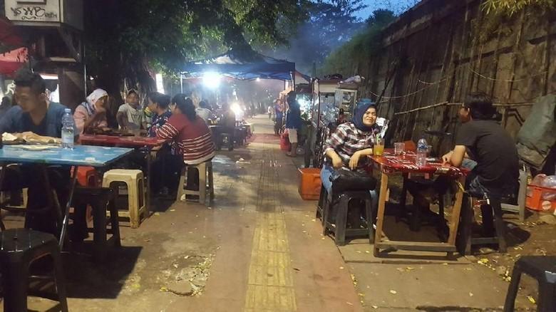 Sandiaga Minta Trotoar Senayan Steril dari Pedagang Sate Taichan