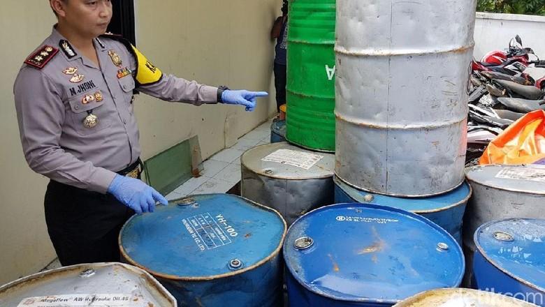 Polisi menggerebek rumah di Subang yang menyimpan oli palsu beberapa waktu lalu. Foto: Dian Firmansyah