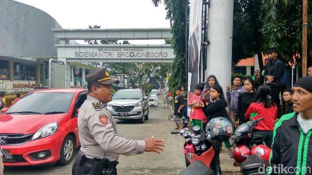Polisi membubarkan warga yang menanti hujan uang di Kuningan, Jakarta Selatan
