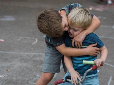 Begini deh saat kakak laki-laki lagi sayang sama adiknya. Hi-hi-hi. (Foto: Sara Liz Photography)