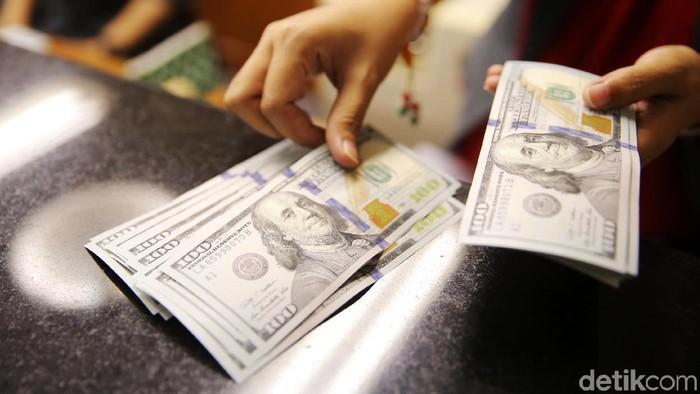 Nilai tukar dolar Amerika Serikat (AS) terhadap rupiah terus menguat, rupiah saat ini berada di kisaran Rp 13.798 dari hari sebelumnya yaitu sekitar Rp 13.712.