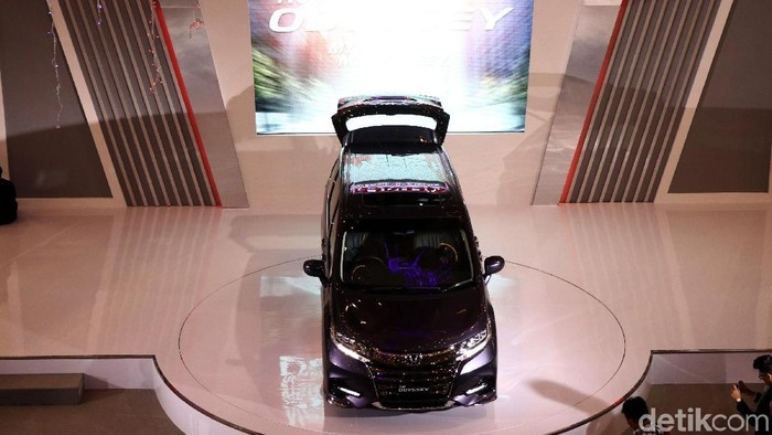 Honda Prospect Motor meluncurkan Odyssey model terbaru. Mobil tersebut dijual dengan harga Rp 720.000.000 untuk warna Super Platinum Metallic. Sementara warna lainnya dibanderol dengan harga Rp 723.000.000.