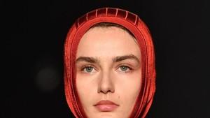 Foto: Hijab Buatan Lanvin yang Mirip Ciput Ninja di Paris Fashion Week