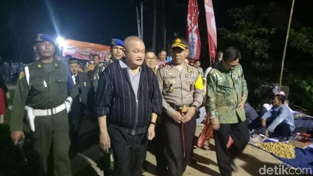 Gubernur Sumatera Selatan Alex Noerdin menyoroti masalah sampah yang berserakan
