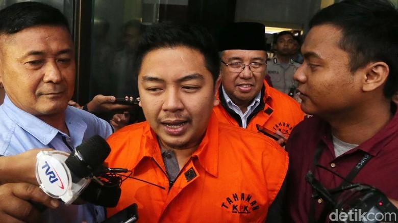 Foto: Ini Walkot Kendari dan Sang Ayah yang Dibawa ke Mobil Tahanan KPK