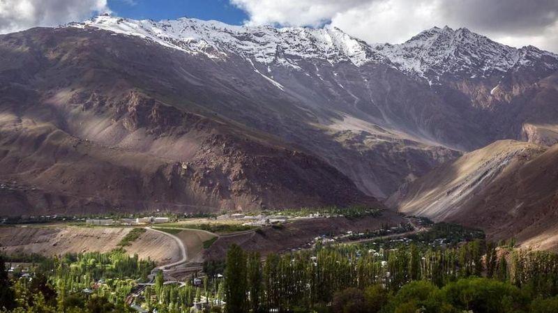 Daerah Gorno-Badakhshan dikenal di Persia sebagai Bam-i-Dunya (Atap Dunia), yakni Pegunungan Pamir di Asia Tengah (BBC Travel)