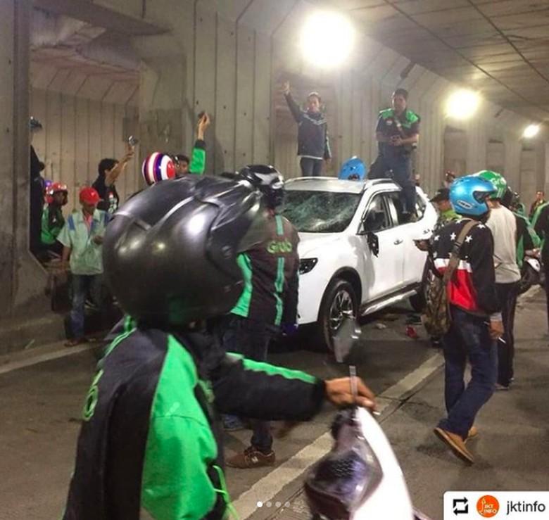 Nyerempet, Nissan X-Trail Ini Dirusak Kumpulan Driver Ojek Online Foto: Pool (Instagram)