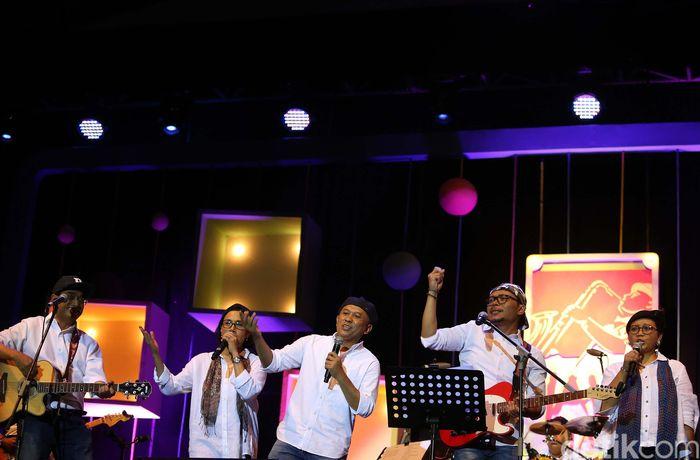 Elek Yo Band tampil sekitar pukul 09.30 WIB setelah penampilan Endah n Resha.