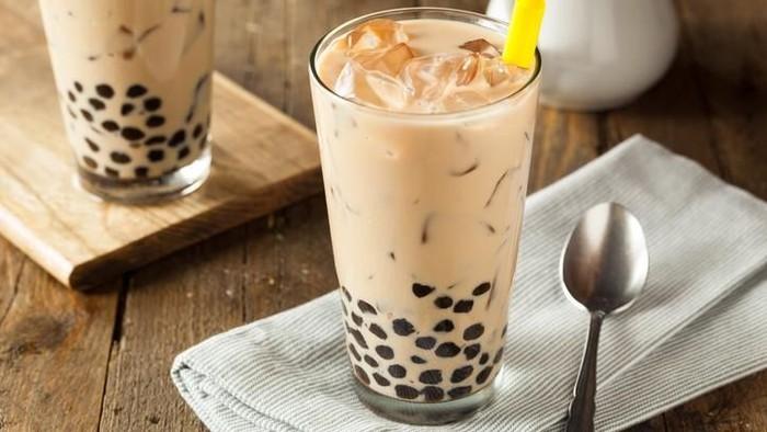 Gula yang berlebih pada bubble tea bisa memicu kerusakan kolagen. (Foto: iStock)