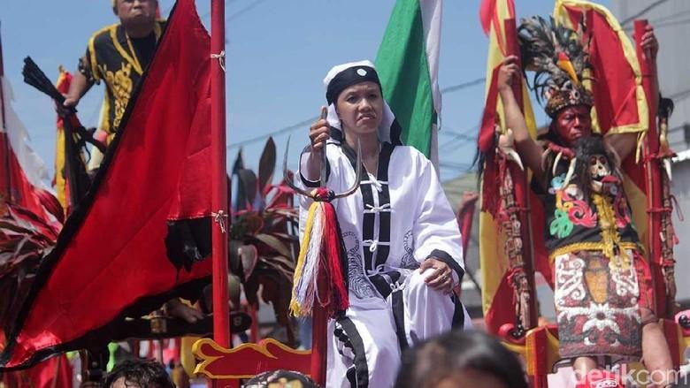 Atraksi ekstrem tatung dalam parade Cap Go Meh Singakwang tahun lalu (Randy/detikTravel)