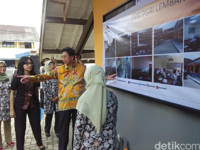 Direktur Utama Bank Mega Kostaman Thayib mengunjungi SMK PGRI Lembang. (Foto: Rachmadi Rasyad/detikcom)