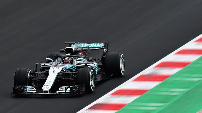 Lewis Hamilton menjadi yang tercepat di tes pramusim F1 hari terakhir di Barcelona (Foto: Patrik Lundin/Getty Images)