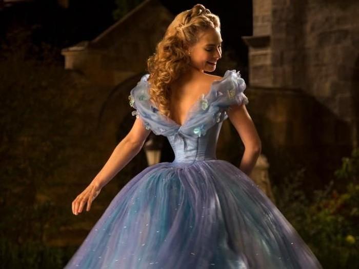 Lily James memerankan Cinderella. Foto: iStock