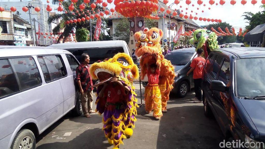 Tolak Bala, Liong dan Barongsai Berkeliling Kota Solo