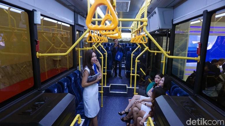 Model duduk di bagian dalam bus listrik Mobil Anak Bangsa (Foto: Rachman Haryanto)