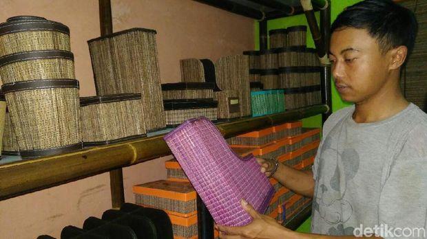 Produk hasil kerajinan tenun lidi kelapa di Ciamis