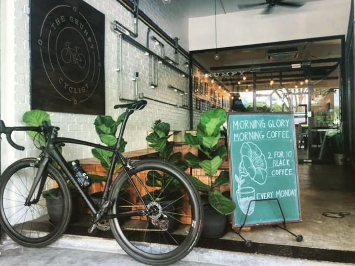 Ngopi sekaligus kumpul usai bersepeda bisa dilakukan kafe dengan desain minimalis ini. Lokasinya di wilayah Taman Tun Dr Ismail, Kuala Lumpur, Malaysia. Foto: Istimewa