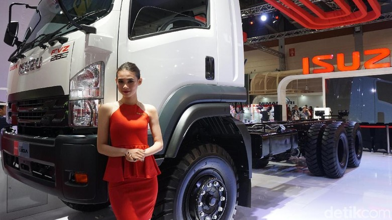 Model berpose dengan truk Isuzu di GIICOMVEC 2018 (Foto: Rachman Haryanto)