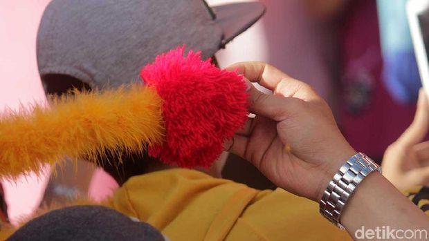 Mengambil benang merah dari naga dipercaya bikin hoki (Randy/detikTravel)