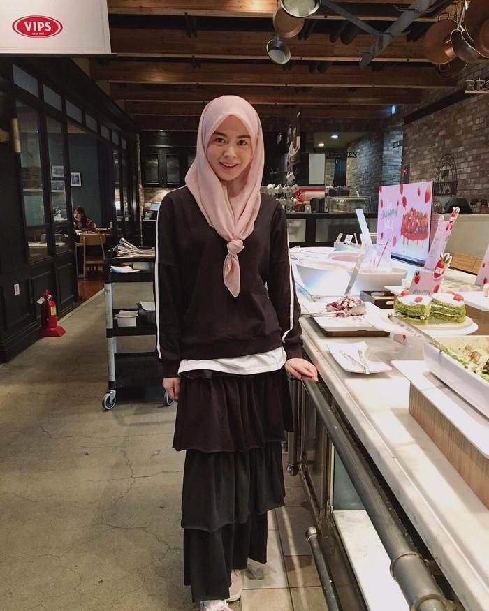 Menyambangi Myeong-dong, Ayana mengaku sedang flu karena musim dingin yang parah. Tapi ia bilang selama ada coke, dirinya baik-baik saja. Mungkin juga karena ditemani dessert enak di hadapannya ya? Foto: Instagram xolovelyayana