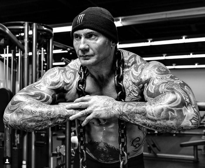 Salah satu latihan rutinnya adalah squat dengan tambahan beban. (Foto: instagram/DaveBautista)