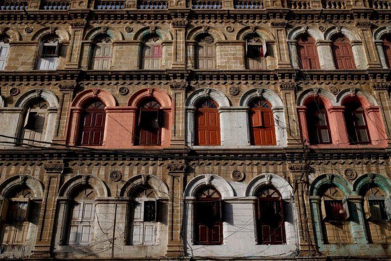 Berjalan-jalan di Kota Karachi, Pakistan, ada pemandangan menarik. Ada banyak gedung-gedung tua dengan arsitektur Eropa yang akan beralih fungsi menjadi pemukiman. (Akhtar Soomro/Reuters)
