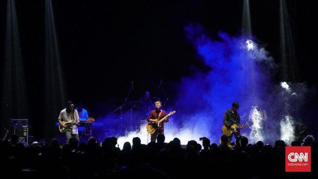 Efek Rumah Kaca menggelar konser untuk mengumpulkan uang demi bisa terbang ke SXSW.