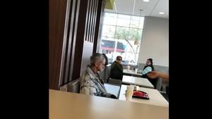 Foto: Viral Video Gelandangan Dilarang Makan di Restoran Cepat Saji AS