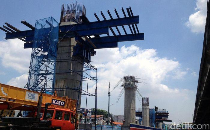 Menurut pemimpin proyek Tol Becakayu, Herarto Startino, konstruksi layang dilanjutkan kembali Senin (5/3/2018).