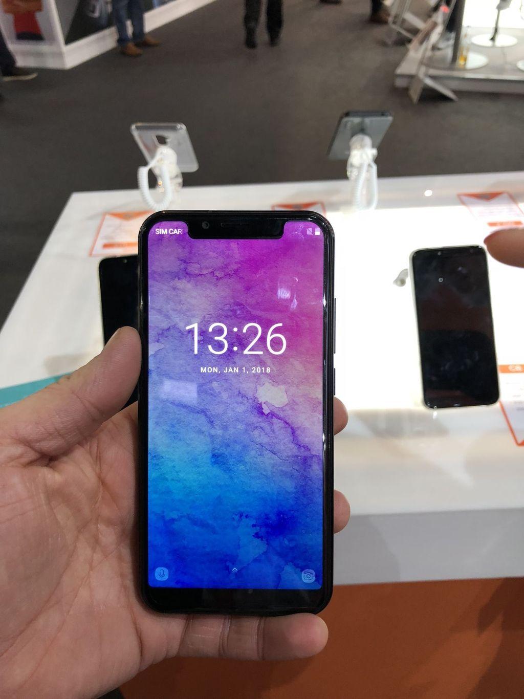 Ini adalah Oukitel U18. Smartphone ini memiliki layar 5,85 inch yang juga punya fitur pemindai wajah ala iPhone X. (foto: Quartz)
