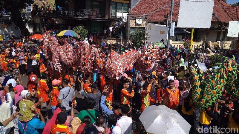 Cap Go Meh disambut meriah di Cirebon, Jumat (2/3/2018). Ribuan warga dan wisatawan berbondong-bondong menonton kirab barongsai naga (Sudirman/detikTravel)