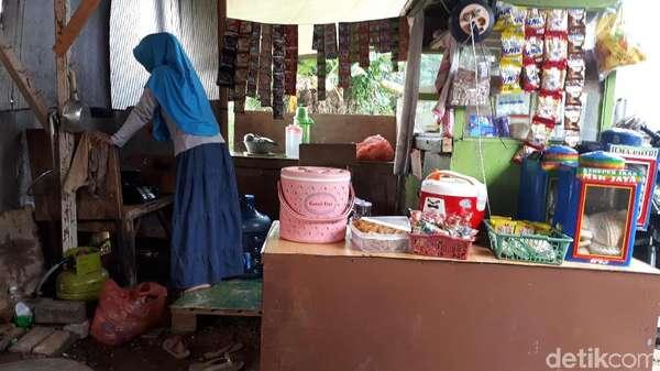 Bule yang Luntang-lantung di Tangerang Kerap Ditraktir Warga di Warkop