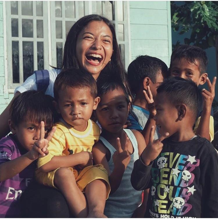 Dalam beberapa postingannya di Instagram, tampak Putri Marino berfoto bersama anak-anak. (Foto: Instagram @putimarino)