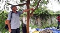 Dia tinggal di Pinggir Kali Angke dan tinggal bersama seekor anjing berwarna hitam. Ian pun kerap ditraktir warga yang merasa iba. (Foto: Haris Fadhil/ detikcom)