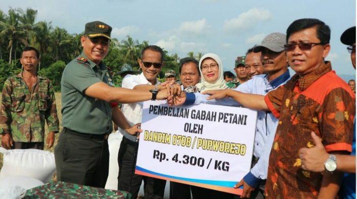 Foto: Kepala BKPKementan Agung Hendriadi menyaksikan transaksi pembelian gabah kering panen Rp 4.300/kg di Desa Pundensari, Kecamatan Purwodadi, Kabupaten Purworejo, Jawa Tengah (Dok. Kementan)