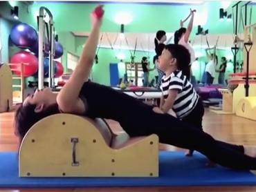 Saat ibunya sibuk pilates, Kawa akan sibuk mengeksplorasi tempat pilatesnya. (Foto: Instagram @andienaisyah)