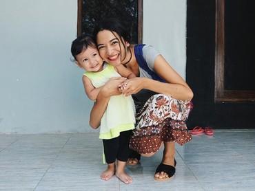 Sisi keibuan Putri terlihat sekali dalam foto ini ya, Bun. Seperti ibu dan putri kecilnya. (Foto: Instagram @putrimarino)