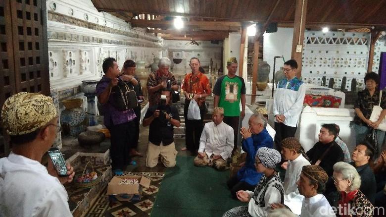 Warga Tionghoa Cirebon berziarah ke makam Putri Ong Tien (Sudirman Wamad/detikTravel)