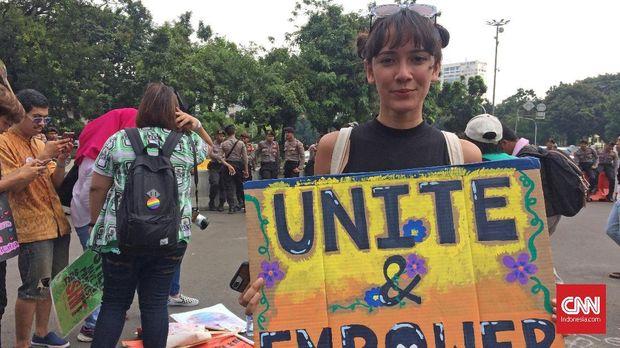 Nadine Alexandra ikut turun ke jalan untuk Women's March.