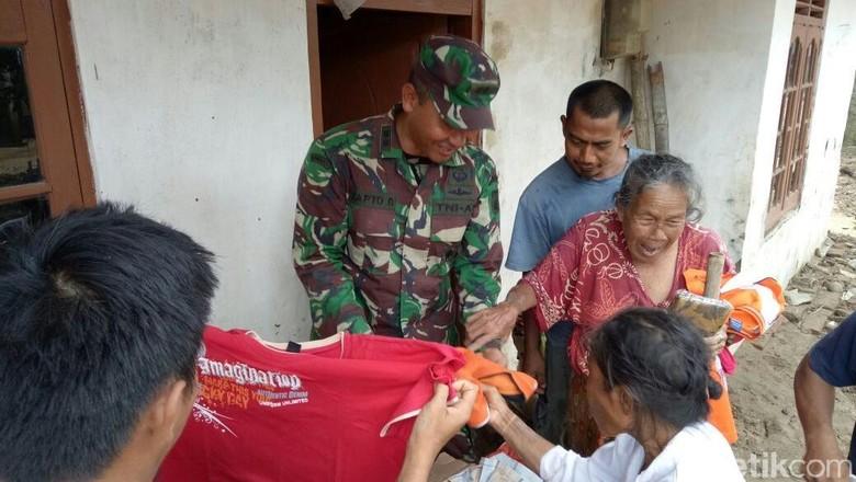 Kopassus Beri Bantuan ke Korban Banjir di Brebes