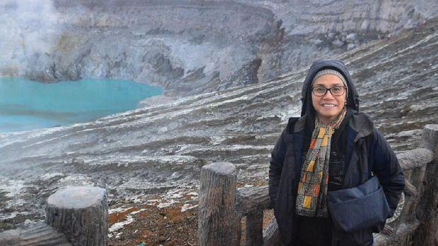 Sri Mulyani berpose ber-background Gunung Ijen