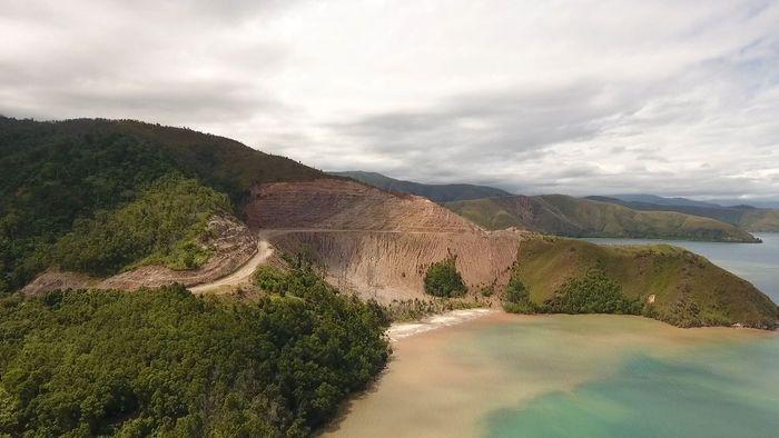 Jalan Trans Papua Barat terbagi menjadi dua segmen atau ruas, yaitu segmen I Sorong-Maybrat-Manokwari 594,81 km dan segmen II Manokwari-Mameh-Wasior-Batas Provinsi Papua 475,1 km. Foto: Dok Ditjen Bina Marga