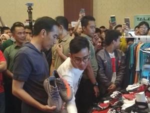 Bareng Gibran, Jokowi Berburu Sepatu di Jakarta Sneaker Day