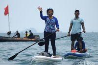 Menteri Susi paddling di Selat Sunda