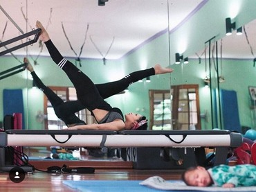 Ya, Andien mulai aktif olahraga lagi setelah 40 hari lebih melahirkan. Mumpung Kawa masih tidur dan belum haus, Andien pun olah badan. (Foto: Instagram @andienaisyah)